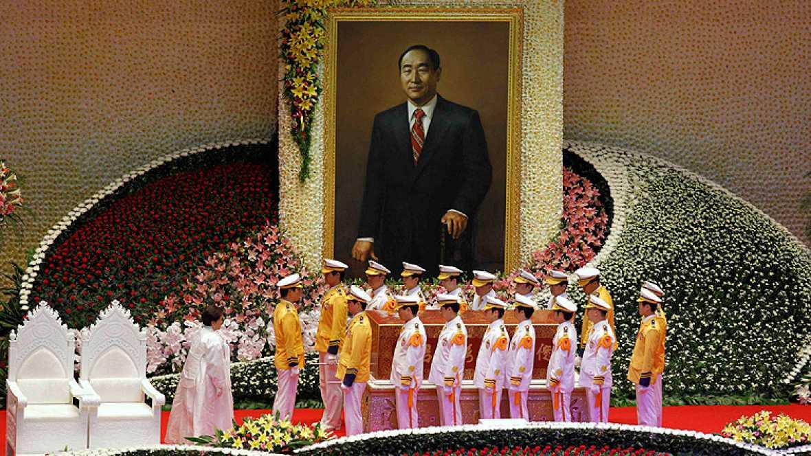 Multitudinario entierro del líder de la secta Moon