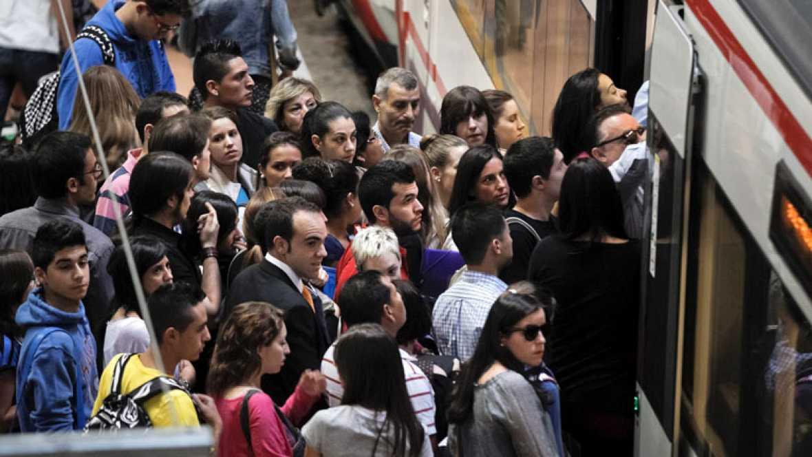 La huelga de trenes y Metro provoca retrasos en las líneas de cercanías y grandes atascos