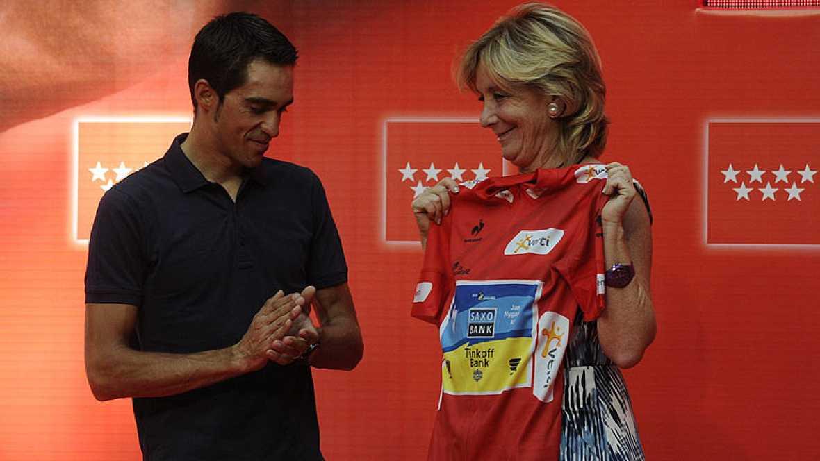 En los casi 30 años de vida política de Esperanza Aguirre han sido muchos los momentos curiosos que ha protagonizado la hasta ahora presidenta de la Comunidad de Madrid. Es experta en 'enfundarse' maillots amarillos o camisetas de fútbol.