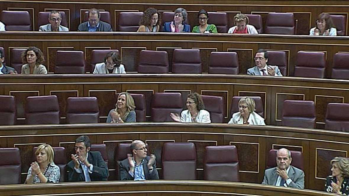 El Congreso aplaude a Carrillo durante el pleno