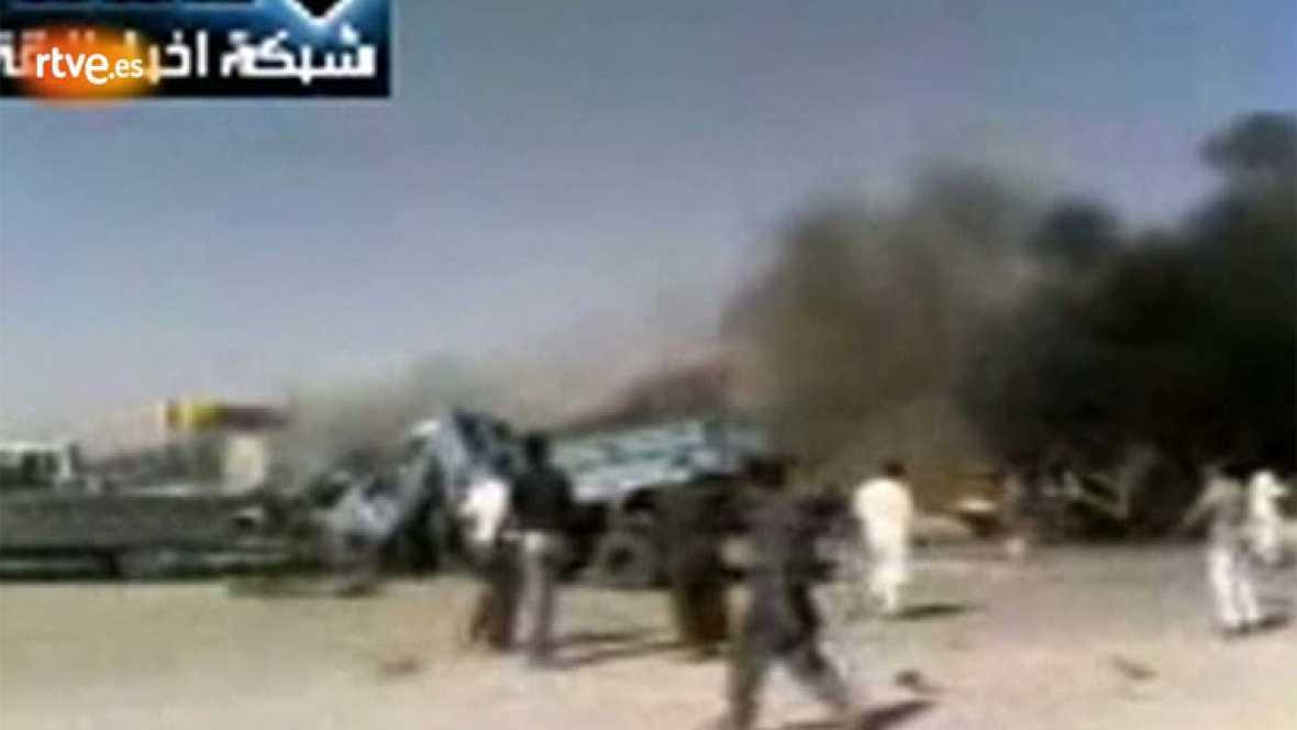 Decenas de personas han muerto este jueves y otras han resultado heridas por un bombardeo de la aviación del régimen sirio contra una gasolinera en una zona rural de la provincia de Raqa, en el norte de Siria, según han informado grupos opositores.