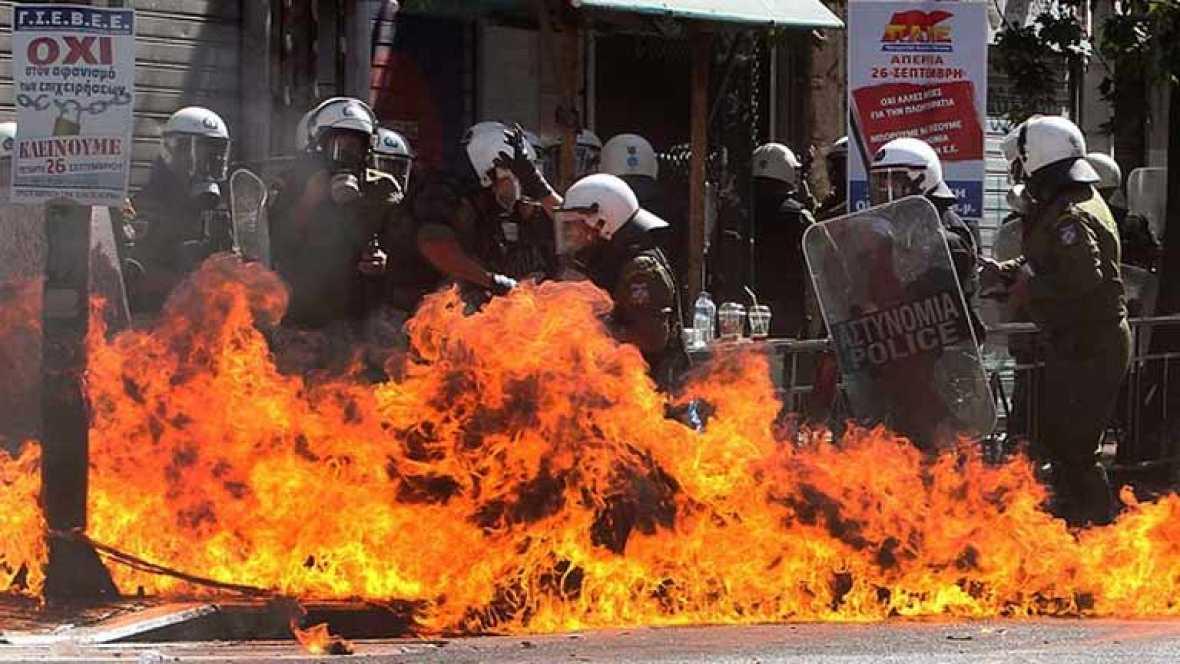 La policía usa gases lacrimogénos contra los manifestantes en Atenas