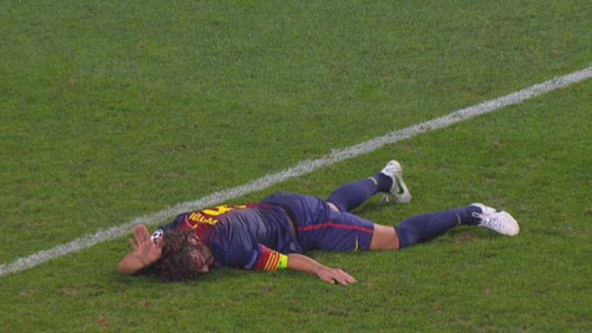 El defensa del FC Barcelona Carles Puyol se ha lesionado en el encuentro de Champions contra el Benfica. Las imágenes de cómo queda su brazo después de caer al suelo son muy duras.