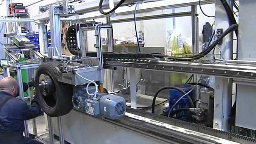 Una empresa emprendedora transforma neumáticos usados en piezas para construcción
