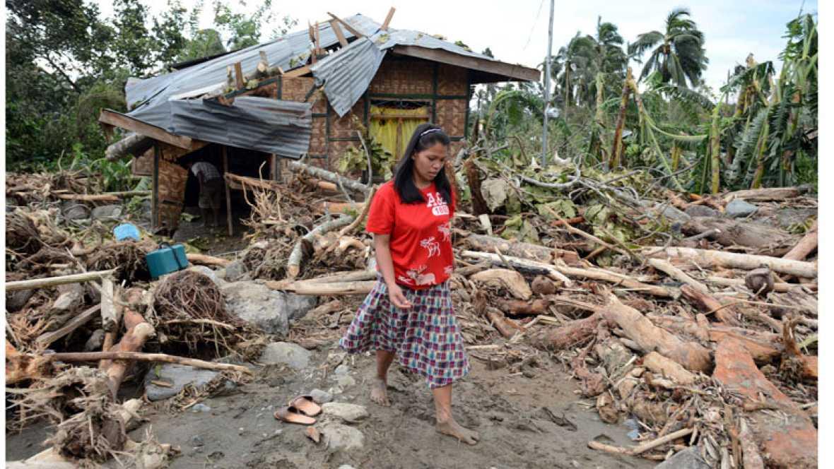 El tifón 'Bopha' deja ya 325 muertos y una brutal devastación en Filipinas