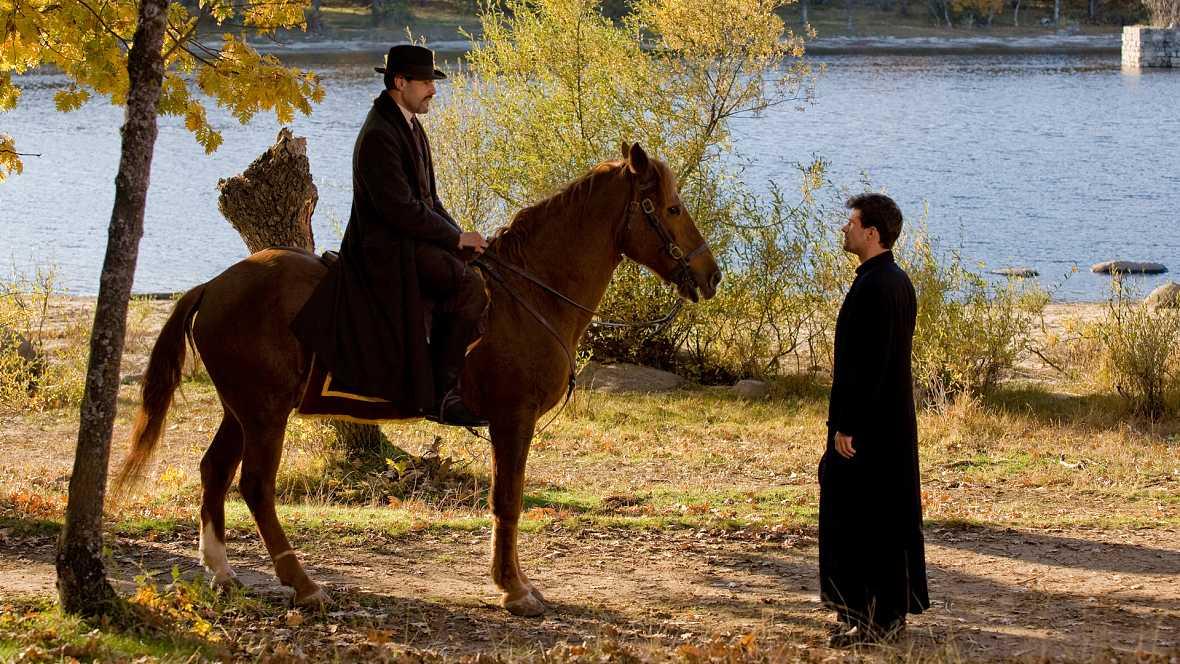 La Señora - Capítulo 20 - Victoria regresa de Inglaterra tras descubrir que allí hay un hombre preso que dice ser el asesino de su padre - Ver ahora