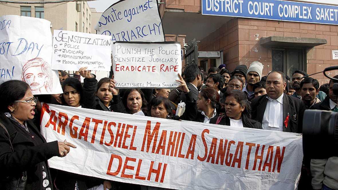 En la India hoy ha comenzado el juicio contra los presuntos autores de la violación de una joven, en un autobús