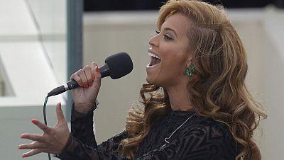 La cantante Beyoncé entona el himno de EE.UU. en la investidura de Obama