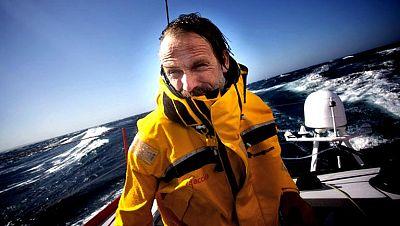 """El regatista español Javier Sansó, que tuvo que ser rescatado la pasada noche en helicóptero tras volcar con su velero 'Acciona"""", llegó a una de las islas del archipiélago de las Azores y se encuentra bien, tras ser sometido a examen médico. Los orga"""