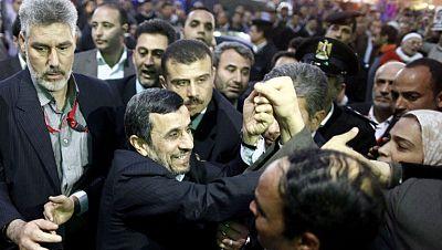 Un manifestante detenido por tirar su zapato al presidente de Irán de visita en Egipto