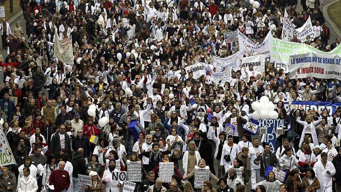 La 'marea blanca' madrileña se extiende por 15 ciudades en defensa de la sanidad pública