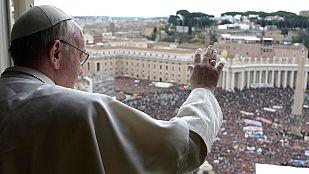 Miles de fieles ovacionan al papa Francisco en su primer ángelus