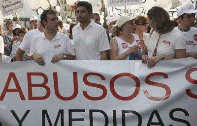 Alrededor de 1.000 personas han secundado la 'marcha blanca' que ha recorrido el centro de Madrid para pedir justicia y penas más contundentes para  los delitos de pederastia (21/06/08).