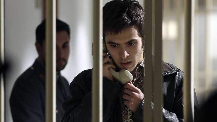 Cuéntame cómo pasó - T14 - Capítulo 250: Cuando la policía entra por la puerta, la amistad salta por la ventana
