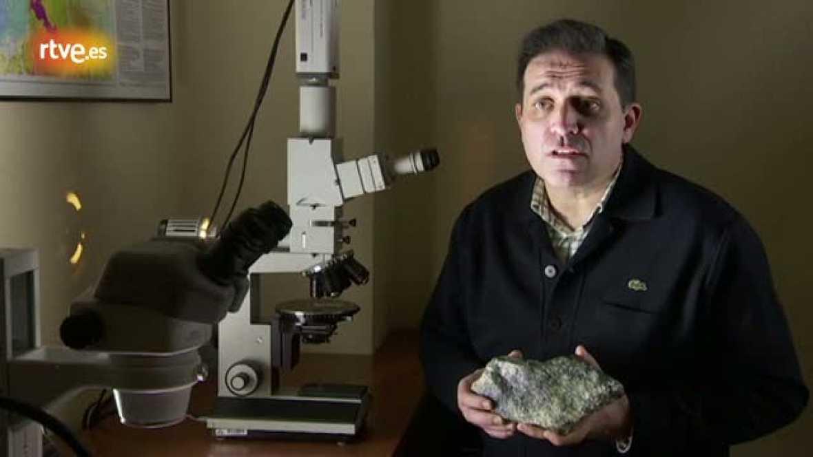 Luis Miguel Rodríguez Terente, geólogo, nos explica al microscopio donde está el oro entre otros minerales