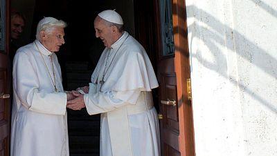 Por primera vez dos papas conviven en el Vaticano