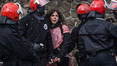 Detenida la colaborada con ETA Urtza Alkorta protegida por un 'muro humano' en un puente de Ondarroa