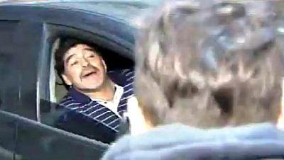 El exfutbolista argentino Diego Armando Maradona llegó hoy a Buenos Aires acompañado de su nueva novia, la argentina Rocío Oliva, después de pasar una larga temporada en los Emiratos Árabes. El astro argentino aterrizó en el aeropuerto de Ezeiza, en