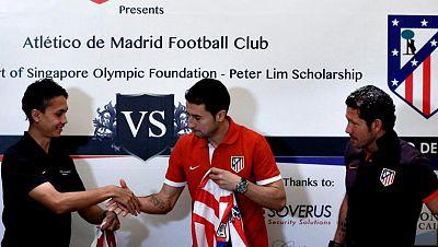 El Atlético de Madrid, reciente campeón de la Copa del Rey, fue recibido hoy por un grupo de seguidores con pancartas y una danza tradicional en Singapur, donde el miércoles próximo jugará un partido amistoso contra un combinado local.