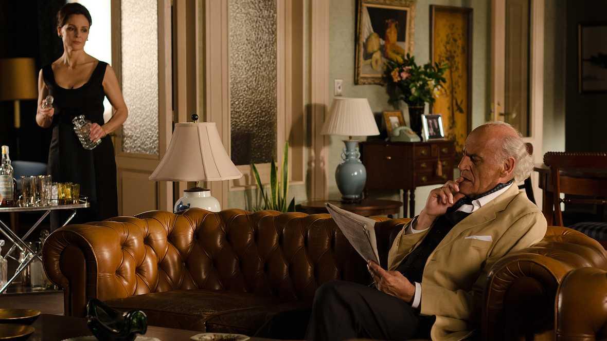 Gran Reserva. El origen - Capítulo 12 - En el velatorio se presentan Santiago Miranda y su hijo, provocando un momento de gran tensión - ver ahora