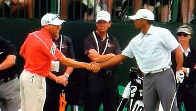 El golfista español Sergio García y el estadounidense Tiger Woods  han hecho un intento por suavizar la polémica que envuelve a su  relación, protagonizando un breve intercambio de saludos en el campo  de prácticas del Merion Golf Club, en  Pennsylv