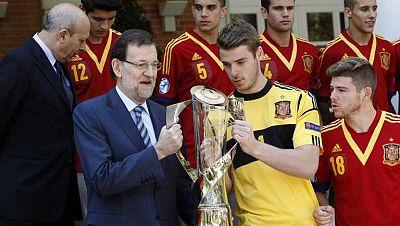 La selección española sub-21 ha estrenado el título de campeón de Europa con una visita al palacio de la Moncloa. Allí les esperaba el Presidente Rajoy, quien les ha felicitado por el trofeo conseguido en Israel y les ha instado ha seguir perseverand