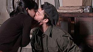 Gran Reserva. El origen - Roberto le roba un beso a Manuela (Capítulo 29)