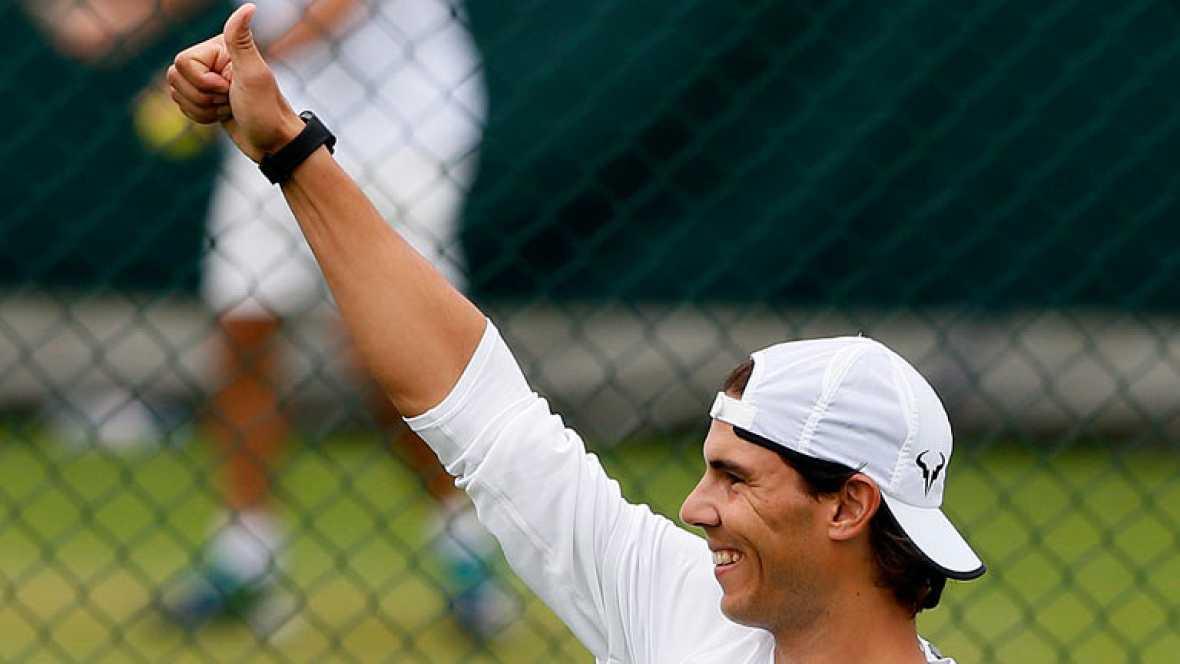 Después de hacer historia en Roland Garros Rafa Nadal vuelve al escenario donde comenzó el peor calvario de su carrera, Wimbledon. La hierba es el peor enemigo para su rodilla. Mañana debutará frente al belga Darcis y en el camino le esperan los riva