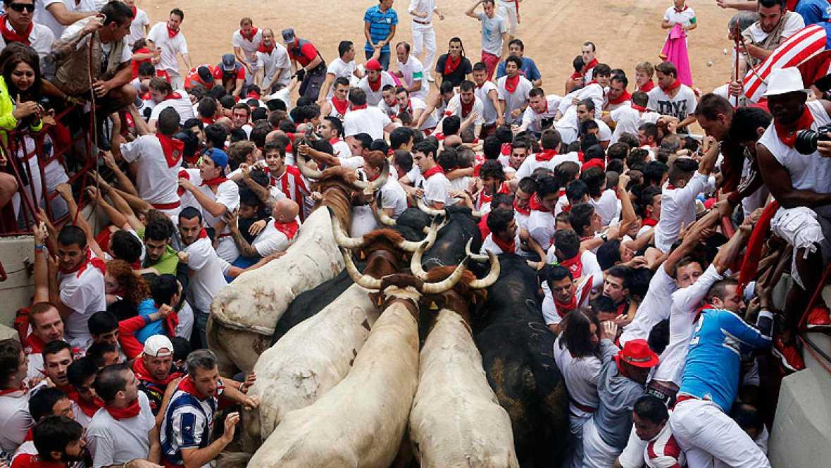 Un impresionante tapón complica el séptimo encierro de San Fermín 2013