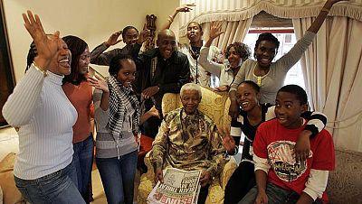 Nelson Mandela se encuentra estable y aún ingresado en el hospital. Su cumpleaños es el 18 de julio y en la capital sudafricana le han preparado un retrato contruido a base de pastelillos. Su nieto ha hablado sobre su estado y ha pedido a los medios