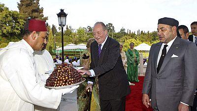 El rey es recibido por Mohamed VI en Marruecos, en su primer viaje oficial tras la operación de hernia