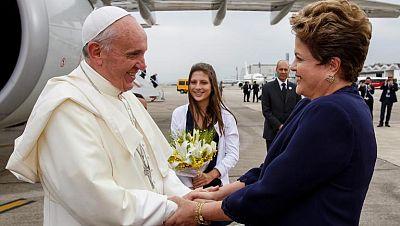 El papa Francisco se acerca al pueblo en su llegada a la JMJ de Brasil