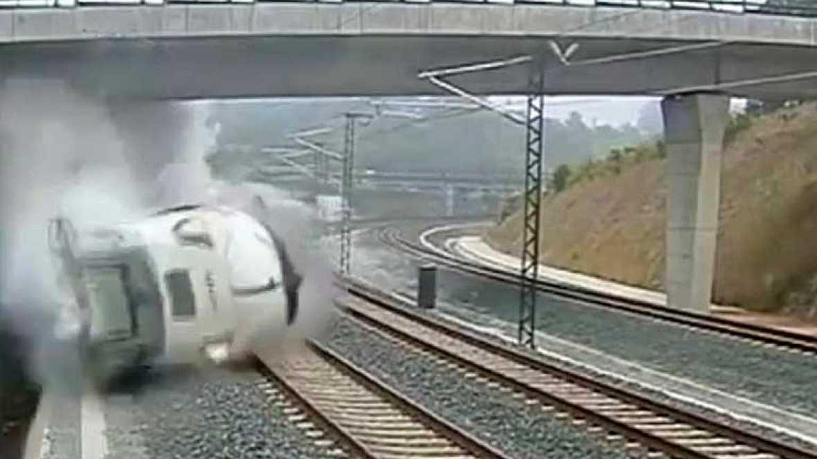 En las imágenes se observa cómo el tren, que iba a una gran velocidad, descarrila justo al tomar una curva pronunciada en las inmediaciones de Santiago de Compostela.