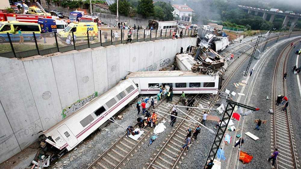 El descarrilamiento de un tren en Santiago de Compostela provoca al menos 80 muertos y más de 140 heridos