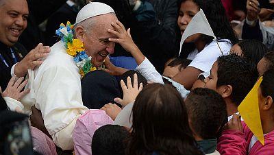 El papa visita las favelas de Río de Janeiro y llama a luchar contra la desigualdad
