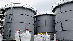 Las aguas sobrepasan el muro construido por la TEPCO en Fukushima