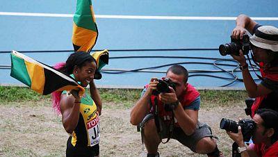 Los jamaicanos Usain Bolt y Shelly-Ann Fraser-Pryce liquidaron las últimas esperanzas de sus adversarios en la última posta de los relevos 4x100 y completaron sus tripletes de oro en los Mundiales, que por primera vez en los últimos doce años terminó