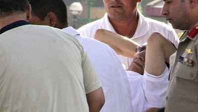 Mubarak sale de la cárcel y es llevado en arresto a un hospital militar