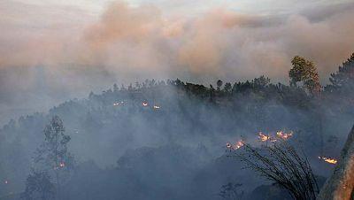 Continúa activo, pero estabilizado, el incendio de Ribeira, en A Coruña