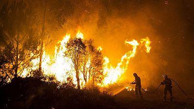 Continúa activo el fuego de Ribeira, en Coruña, y está estabilizado el de Oia, Pontevedra