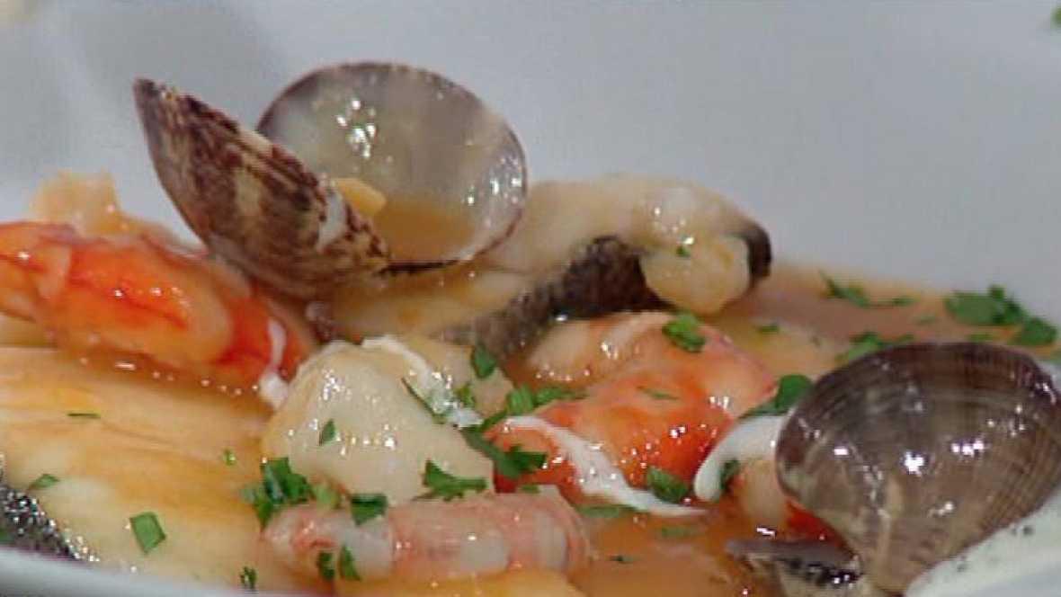 Zarzuela con pescado y marisco a la crema de ajo for Cocinar zarzuela