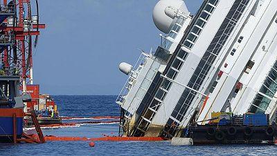 El crucero 'Costa Concordia' comienza a salir a flote tras 21 meses encallado