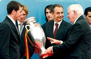 Zapatero comparte el triunfo con la selección