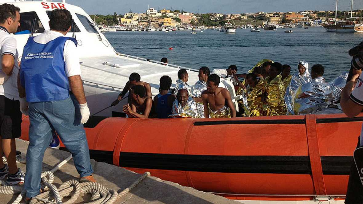 Casi un centenar de muertos en el naufragio de un barco con inmigrantes en Lampedusa