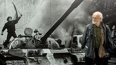 Josef Koudelka expone sus fotos del fin de la Primavera de Praga