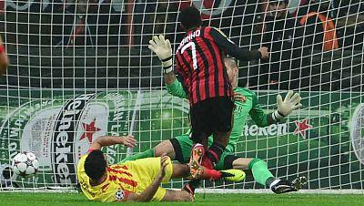 Robinho ha marcado el primer gol del encuentro de Champions contra el Barça, en el minuto 8 de juego, tras un pase de Kaká.