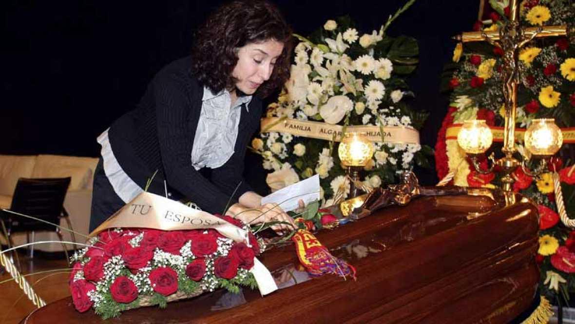 Miles de personas visitan la capilla ardiente de Manolo Escobar