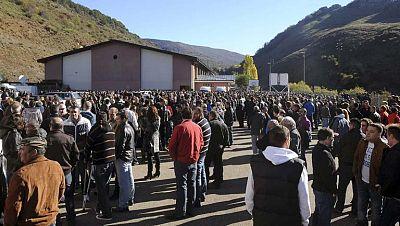 Técnicos de la Junta de Castilla y León y de la empresa revisan el lugar donde se produjo el escape de gas grisú