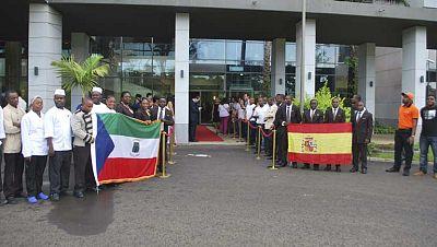 En distintos medios internacionales se destaca que España va a ser la primer selección europea que juegue en Guinea. En el Washington Post se pregutan por qué no se han dado explicaciones sobre la decisión de jugar el partido allí, y The Guardian se