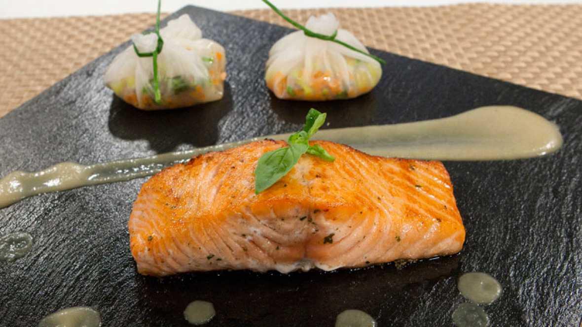 C mo preparar salm n a la plancha con salsa de mostaza y for Como cocinar salmon plancha